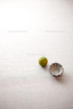 粉引きの和食器とスダチの素材 [FYI00093533]