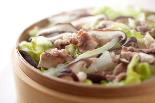 豚肉と白菜のせいろ蒸しの写真素材 [FYI00093554]
