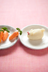 ウサギのポテトサラダとニンジンの写真素材 [FYI00093613]