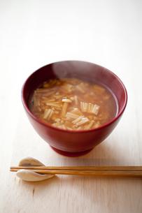 エノキタケの味噌汁の写真素材 [FYI00093710]