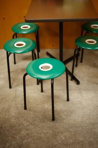 食堂のレトロな椅子の写真素材 [FYI00093715]