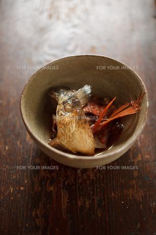 魚のアラ炊きの素材 [FYI00093776]