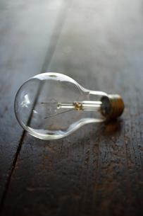 クリアガラスの白熱電球の写真素材 [FYI00093897]