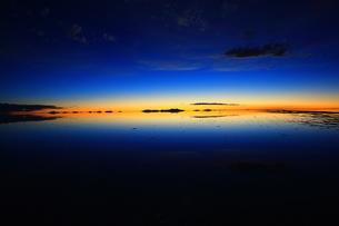 ウユニ塩湖 雨期の素材 [FYI00093924]