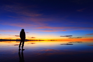 ウユニ塩湖 雨期 朝焼けの写真素材 [FYI00093934]