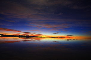 ウユニ塩湖 雨期 朝焼けの写真素材 [FYI00093936]