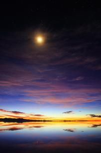 ウユニ塩湖 雨期 朝焼けの写真素材 [FYI00093937]