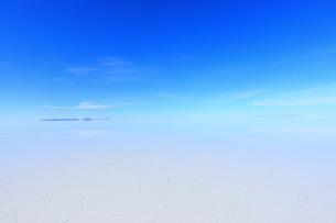 ウユニ塩湖 雨期の写真素材 [FYI00093938]