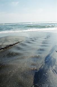 海へ注ぐせせらぎの写真素材 [FYI00094101]