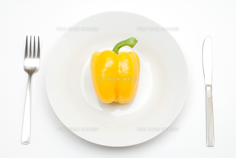皿の上のパプリカの写真素材 [FYI00094146]