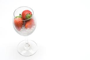 グラスとイチゴの写真素材 [FYI00094160]