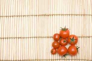 ヨシの敷物の上のミニトマトの写真素材 [FYI00094180]