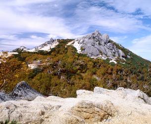 秋の鳳凰三山・薬師岳山頂の写真素材 [FYI00094365]