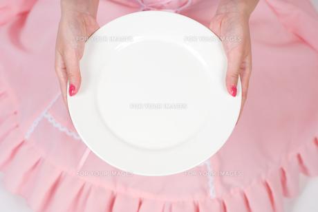 お皿を持つメイドの写真素材 [FYI00094389]