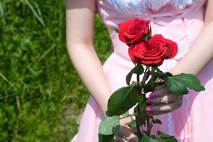 バラを持つメイドの写真素材 [FYI00094399]