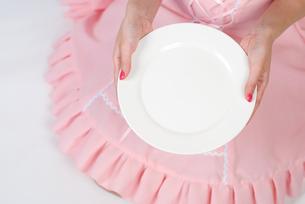 お皿を持つメイドの写真素材 [FYI00094400]