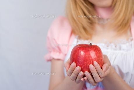 リンゴを持つメイドの写真素材 [FYI00094423]