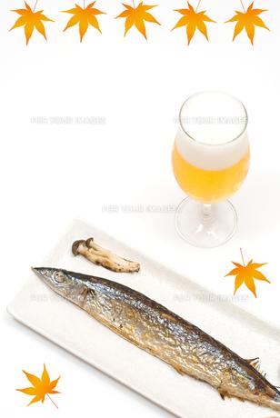 焼きサンマのしめじ・ビール添え(もみじ絵付)の写真素材 [FYI00094462]