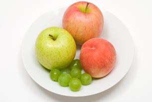 ブドウとりんごと桃の写真素材 [FYI00094528]