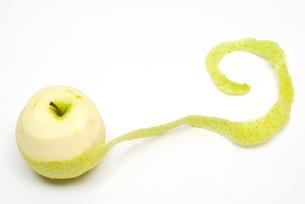 皮をむきかけの青リンゴの写真素材 [FYI00094564]