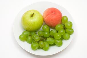 ブドウと青りんごと桃の写真素材 [FYI00094565]