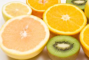 カットフルーツ・柑橘系とキウイフルーツの写真素材 [FYI00094577]