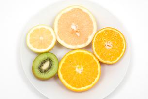 カットフルーツ・柑橘系とキウイフルーツの写真素材 [FYI00094579]