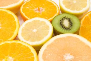 カットフルーツ・柑橘系とキウイフルーツの写真素材 [FYI00094590]