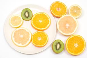 カットフルーツ・柑橘系とキウイフルーツの写真素材 [FYI00094608]