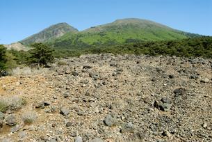 えびの高原より霧島の韓国岳の写真素材 [FYI00094709]
