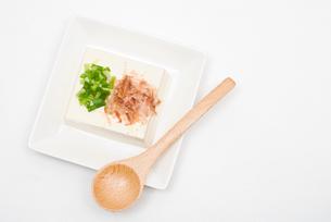 冷奴・白い皿盛りの写真素材 [FYI00094821]