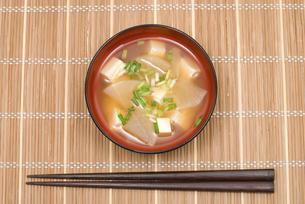 ダイコンと豆腐の味噌汁の写真素材 [FYI00094825]