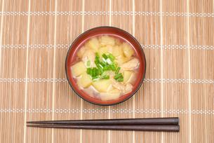 ジャガイモとあぶらげの味噌汁の写真素材 [FYI00094827]