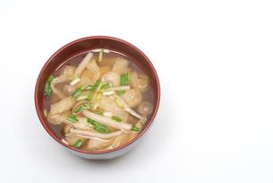 ブナシメジとあぶらげの味噌汁の写真素材 [FYI00094831]