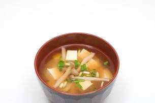 ブナシメジと豆腐の味噌汁の写真素材 [FYI00094839]