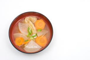 ダイコンとニンジンとあぶらげの味噌汁の写真素材 [FYI00094846]