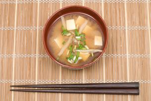 ブナシメジと豆腐の味噌汁の写真素材 [FYI00094850]