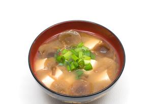 傘の開いたなめこと豆腐の味噌汁の写真素材 [FYI00094856]