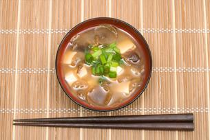 傘の開いたなめこと豆腐の味噌汁の写真素材 [FYI00094886]