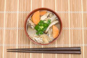 3種類のキノコを使ったキノコ汁・お椀盛りの写真素材 [FYI00094896]