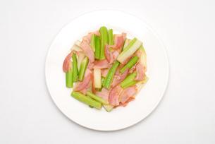 セロリとベーコンの炒め物の写真素材 [FYI00095005]