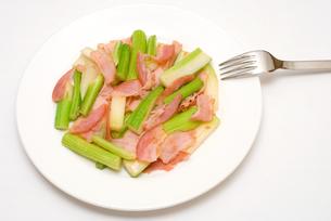 セロリとベーコンの炒め物の写真素材 [FYI00095011]
