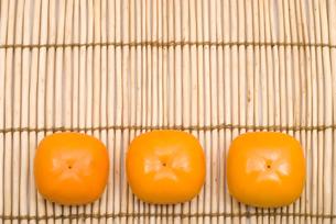 柿の実3個の写真素材 [FYI00095087]
