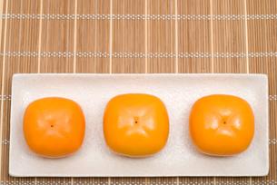 皿の上の柿の実の写真素材 [FYI00095092]