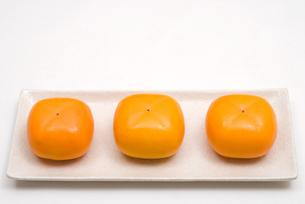 皿の上の柿の実の写真素材 [FYI00095099]