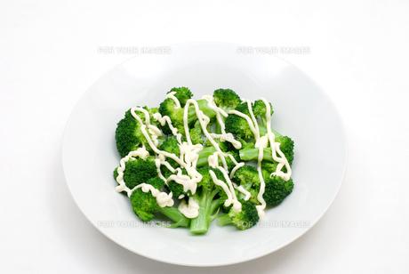 茹でたブロッコリーとマヨネーズのサラダの写真素材 [FYI00095195]