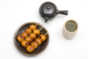 みたらし団子とお茶・丸皿乗せの写真素材 [FYI00095200]