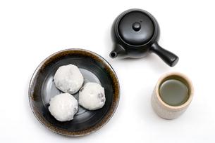 豆大福とお茶・丸皿乗せの写真素材 [FYI00095204]