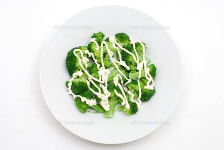 茹でたブロッコリーとマヨネーズのサラダの写真素材 [FYI00095233]