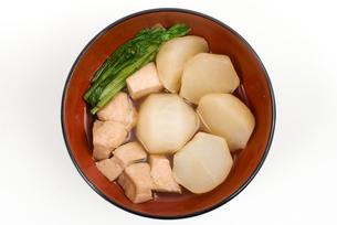 カブと鶏肉の煮物・お椀盛りの写真素材 [FYI00095305]